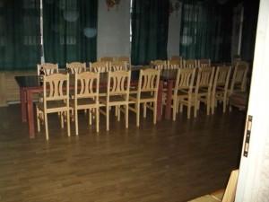 Jaunie krēsli konventa zālē no ieejas