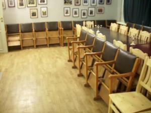 Vecie un jaunie krēsli konventa zālē