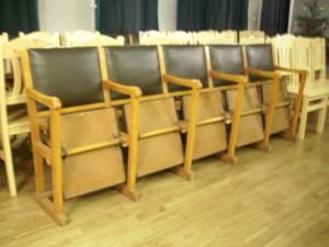 Vecie krēsli vēl konventa zālē